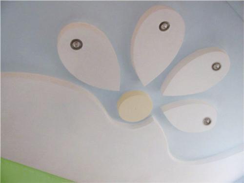 Оригинальная конструкция из гипсокартона на потолке в детской