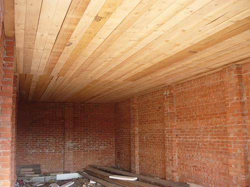 Потолок в гараже подшит досками