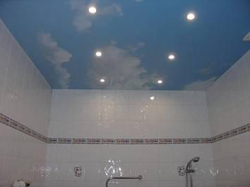 Дизайн потолка в совмещенном санузле