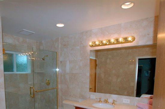 Ванная с подвесным потолком из гипсокартона
