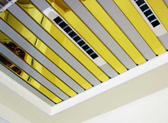 Подвесной зеркальный реечный потолок со вставками