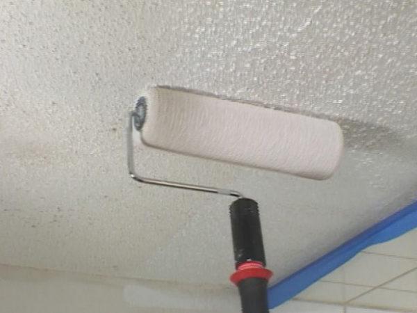 Поверхность потолка необходимо прогрунтовать