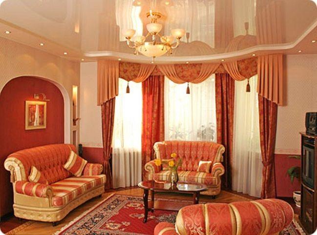 Натяжные потолки – красивый и даже величественный вид комнаты.