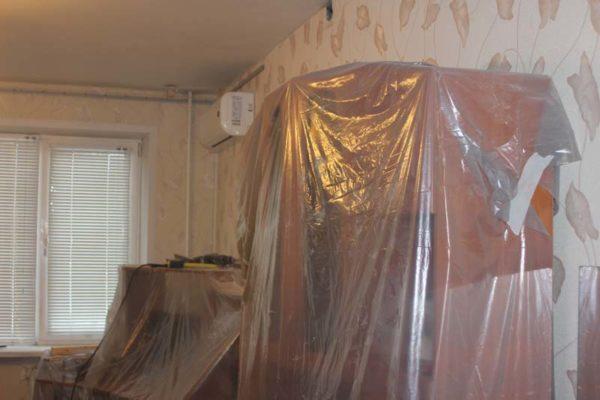 При монтаже потолочной конструкции мебель выносить необязательно.