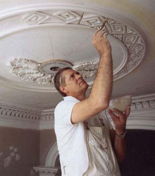 При оформлении уникальных дизайнерских потолков лучше всего выбрать лепнину из гипса.