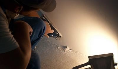 При шлифовке поверхности важно, чтобы она была подсвечена под тем углом, под которым встанут светильники после ремонта.