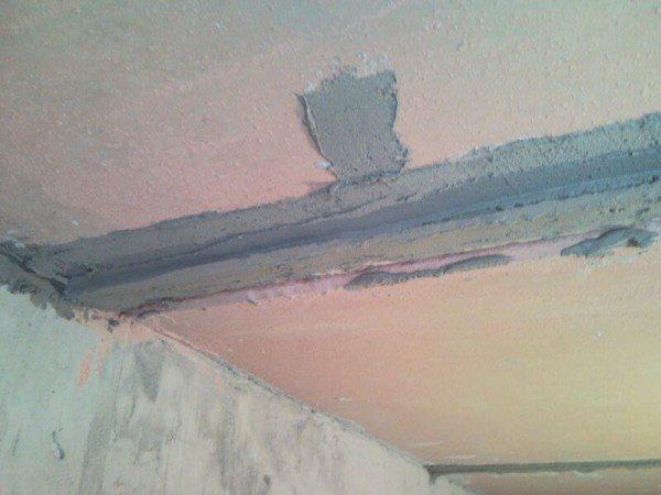 Приклеиваем маяк на потолок при помощи штукатурного раствора