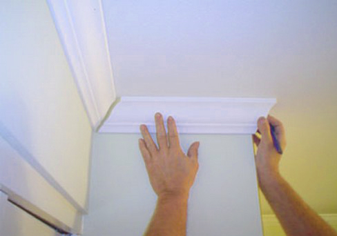 Приклеивание плинтуса на потолок