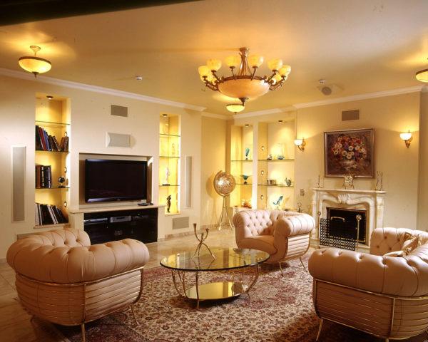 Пример интерьера гостиной с тканевым бесшовным потолком