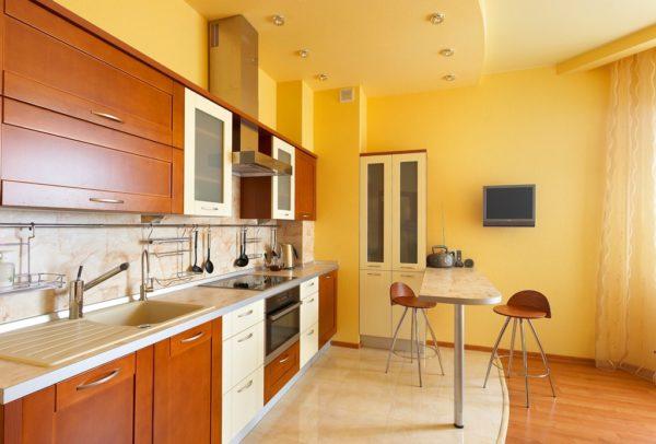 Пример интерьера кухни с окрашенным потолком
