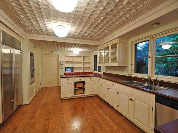 Пример интерьера кухни с потолочной плиткой