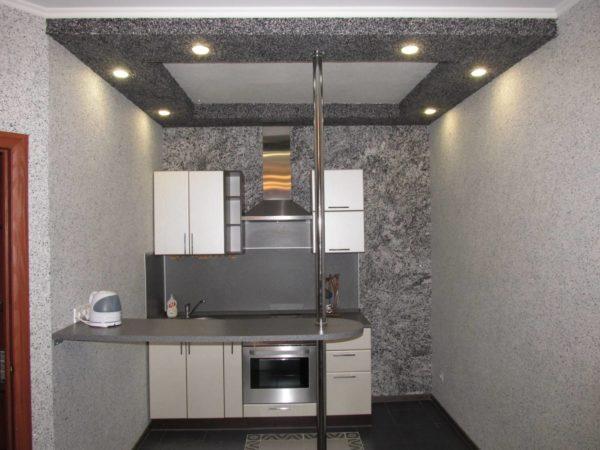 Пример интерьера маленькой кухни с жидкими обоями на потолке