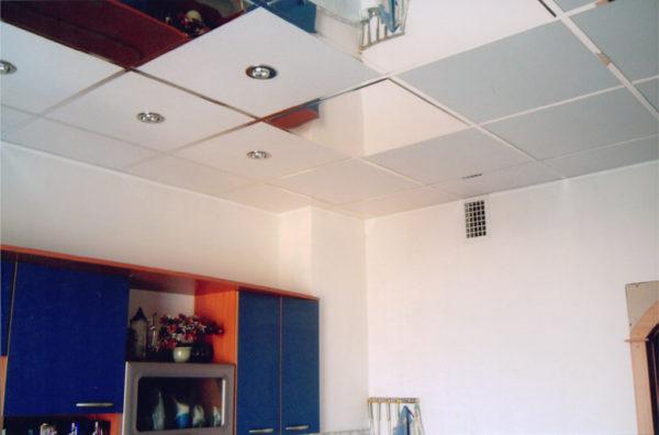 Пример использования кассетного подвесного потолка на кухне