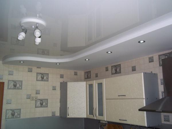 Пример комбинации натяжного и гипсокартонного потолка