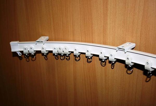 Пример крепления карниза к стене