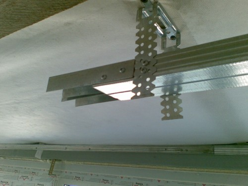 Пример крепления потолочного профиля в подвесе