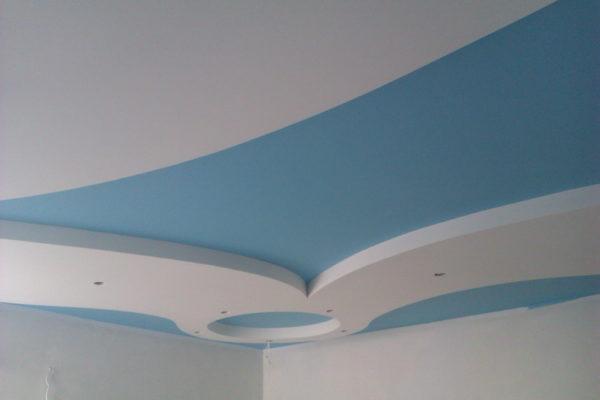 Пример покраски потолка в два цвета