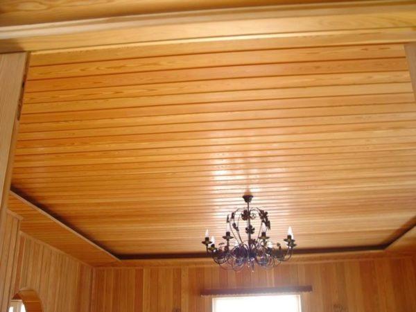 Пример полной обшивки потолка вагонкой