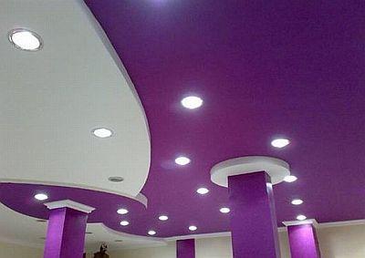 Пример потолка фиолетового цвета