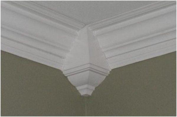Пример потолочного плинтуса, установленного с использованием специального углового декоративного элемента