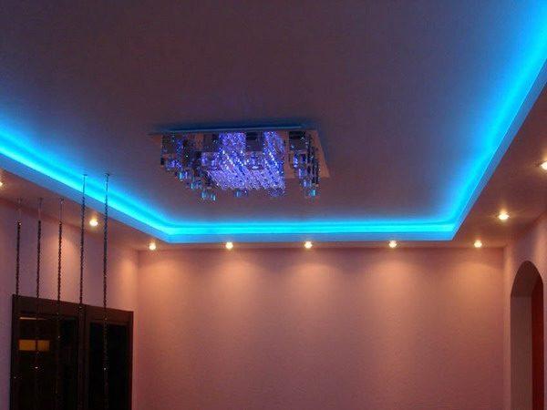 Пример сочетания светодиодных лент с точечными светильниками благодаря наличию по периметру потолка гипсокартонного короба
