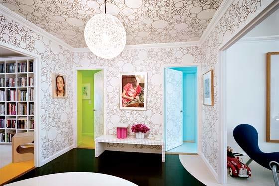 Пример удачного дизайна стен и потолка обоями одного рисунка