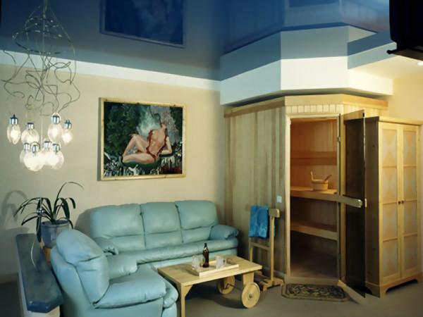Пример удачного домашнего интерьера с глянцевым потолком