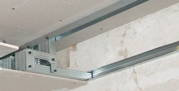 Пример устройства каркаса многоуровневого потолка