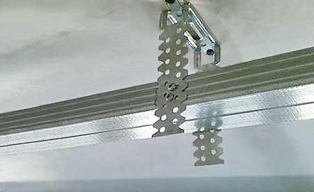 Крепление крепежного подвеса П-образной формы (пэшка) и направляющей.