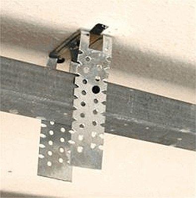 Профиль фиксируется саморезом к П-образному подвесу