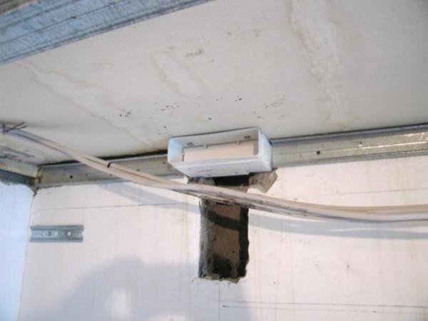 Проход печной трубы через потолок реализован через специальный переходник