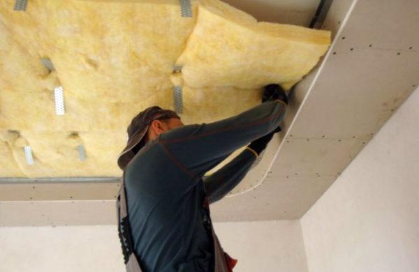 Промежуток меж основным и натяжным потолком можно утеплить.