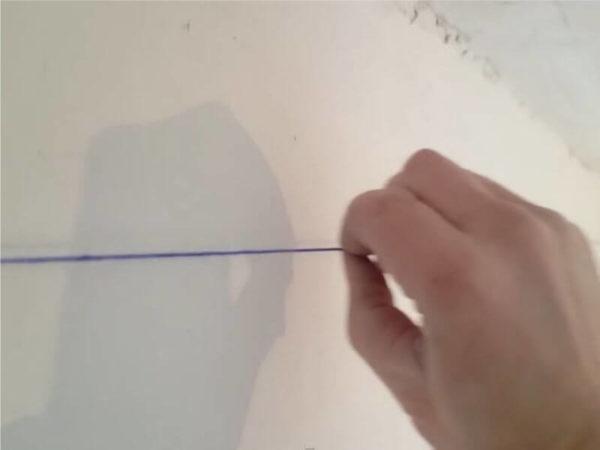 Просто оттяните шнур и отпустите, он отобьет линию на стене