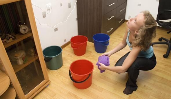 Течет вода с потолка – подставляйте емкости и спасайте пол и мебель!