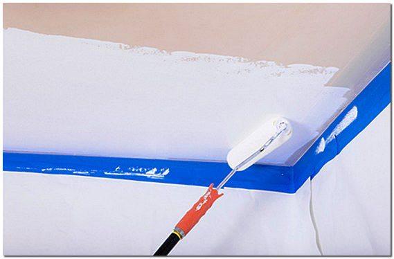 Ширина полосы должна быть такой, чтобы вы успели довести её до  противоположной стены, пока не подсохла кромка