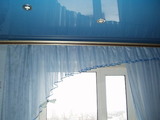 Процесс, как закрепить карниз в натяжном потолке - не такой сложный, как вам могло показаться изначально.