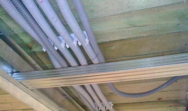 Проводка на потолке под обрешеткой.