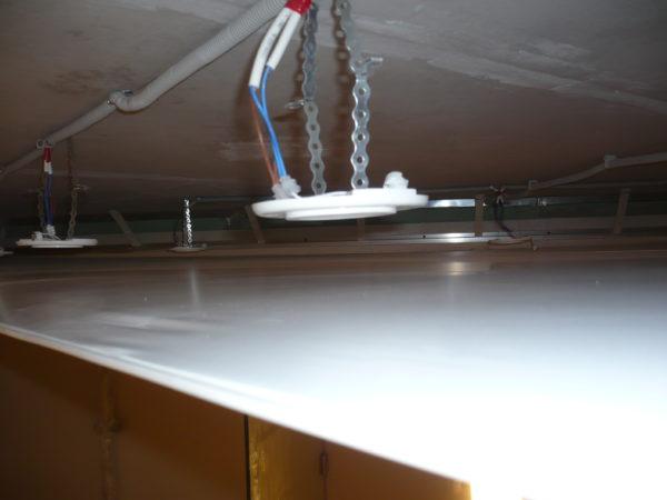 Проводка с установленными основаниями для светильников