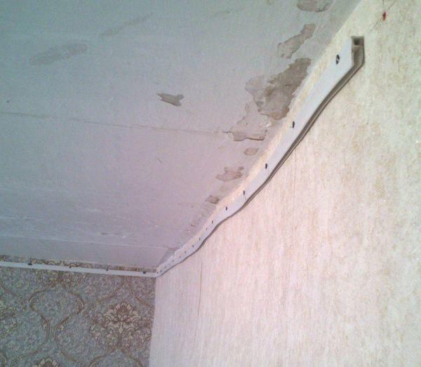 ПВХ плинтус повторяет контуры кривой стены