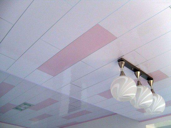 Пример потолка из пвх плитки с наружным освещением