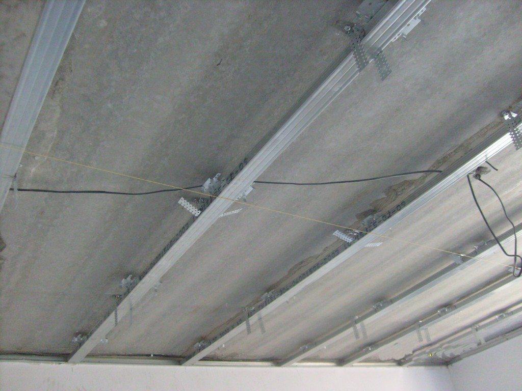 Металлический подвесной каркас с ниткой для нивелирования