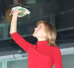Пятно на натяжном потолке вытереть мягкой тканью