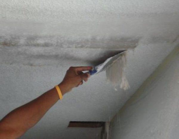 Работа по снятию старого слоя часто занимает больше времени, чем нанесение нового покрытия