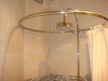 Радиусные угловые карнизы идеально подойдут для круглых нестандартных ванн.