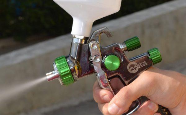 Распыление лакокрасочных материалов пульверизатором гарантирует тонкий отделочный слой