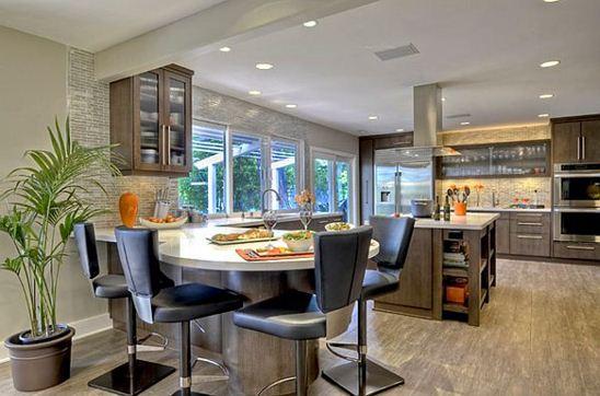 Рассредоточенное освещение огромной кухни