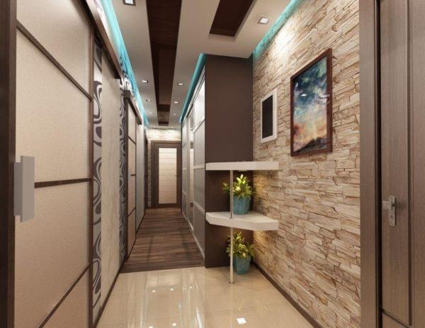 Размещение точечных светильников вдоль стен узкого и длинного коридора.