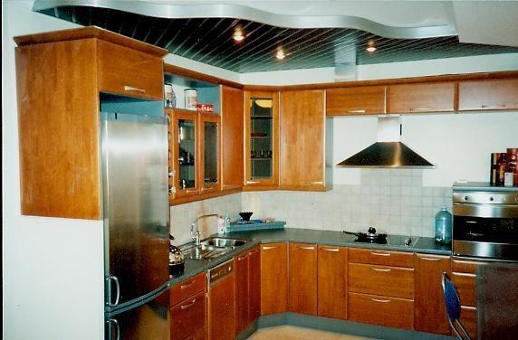 Реечный алюминиевый потолок на кухне в двух уровнях