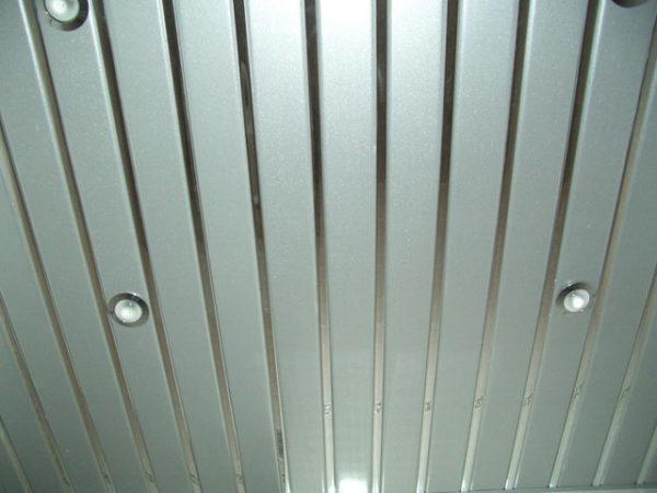 Реечный потолок подойдет для ванной комнаты