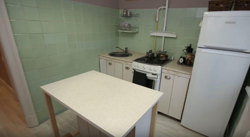 Крохотный «остров» на кухне в 7 м2 выглядит уместно и удобно